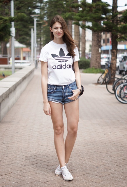 cute outfits to wear with sneakers (23)