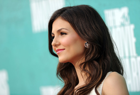 Victoria Justice Wavy Hairstyles Side