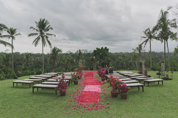 Bali wedding ceremony - photo by Jonas Peterson http://ruffledblog.com/exotic-garden-party-wedding-in-bali