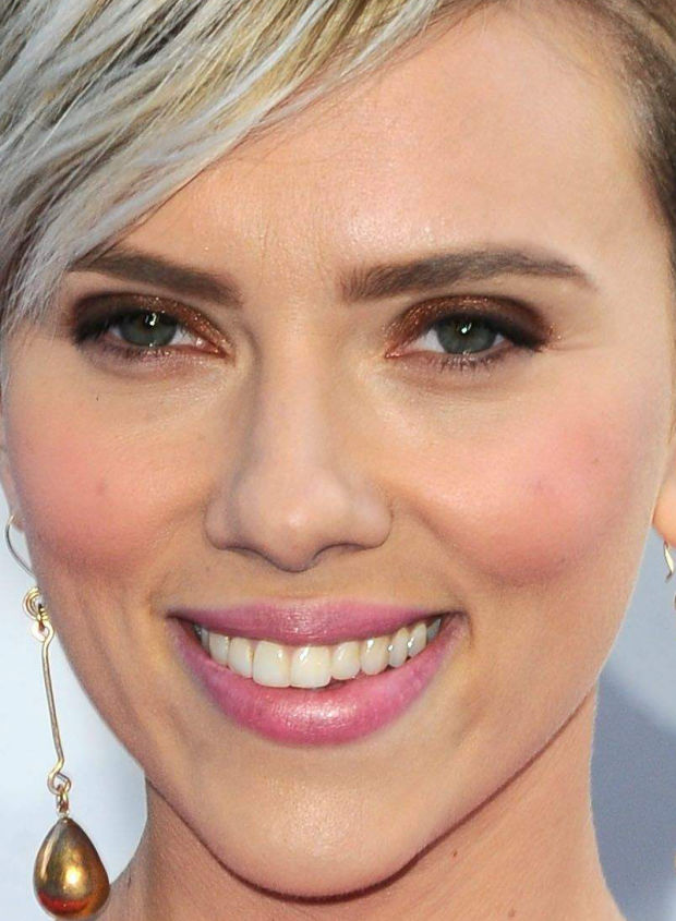 Close-up of Scarlett Johansson at the 2015 MTV Movie Awards.