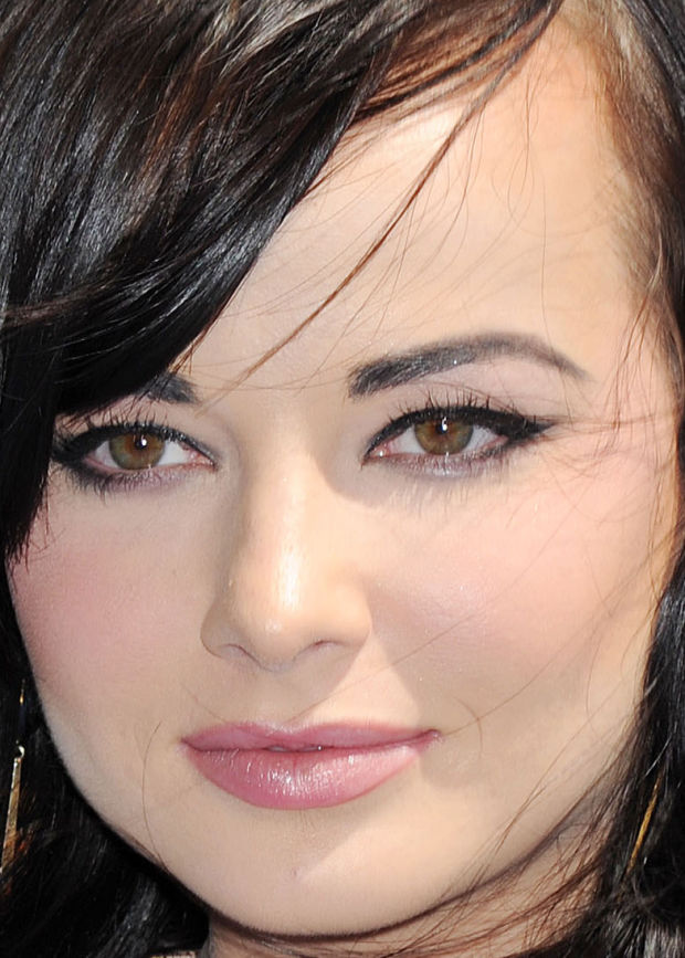 Close-up of Ashley Rickards at the 2015 MTV Movie Awards.