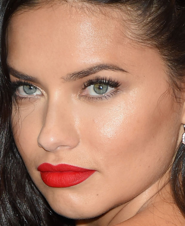 Close-up of Adriana Lima at the 2015 White House Correspondents' Dinner.