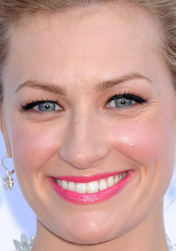 Close-up of Beth Behrs at the 2015 ACM Awards.