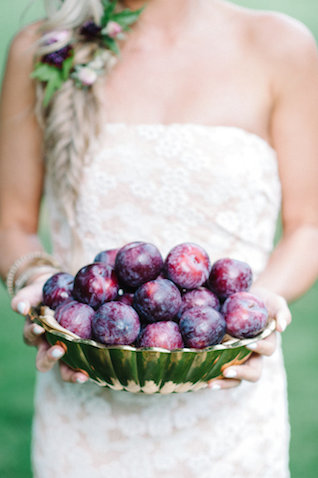 Plums | IYQ Photography | see more on: http://burnettsboards.com/2015/04/earthy-vibrant-wedding-editorial/