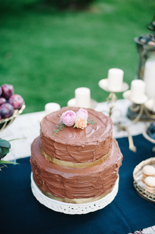 Chocolate wedding cake | IYQ Photography | see more on: http://burnettsboards.com/2015/04/earthy-vibrant-wedding-editorial/