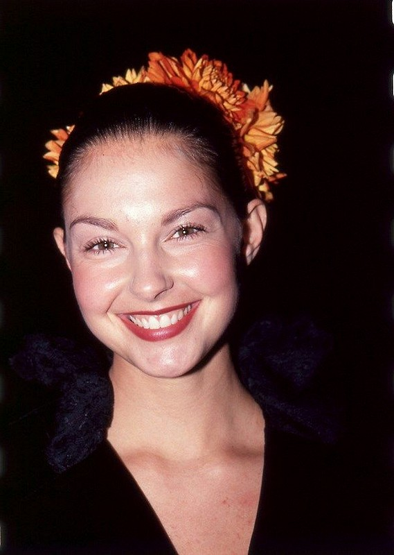 Ashley Judd 2015 Updo Hairstyles with Flowers Pins