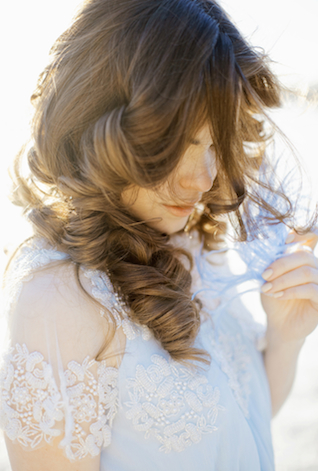 Natural curls | Ann Imagines | see more on: http://burnettsboards.com/2015/05/love-story-pastels/