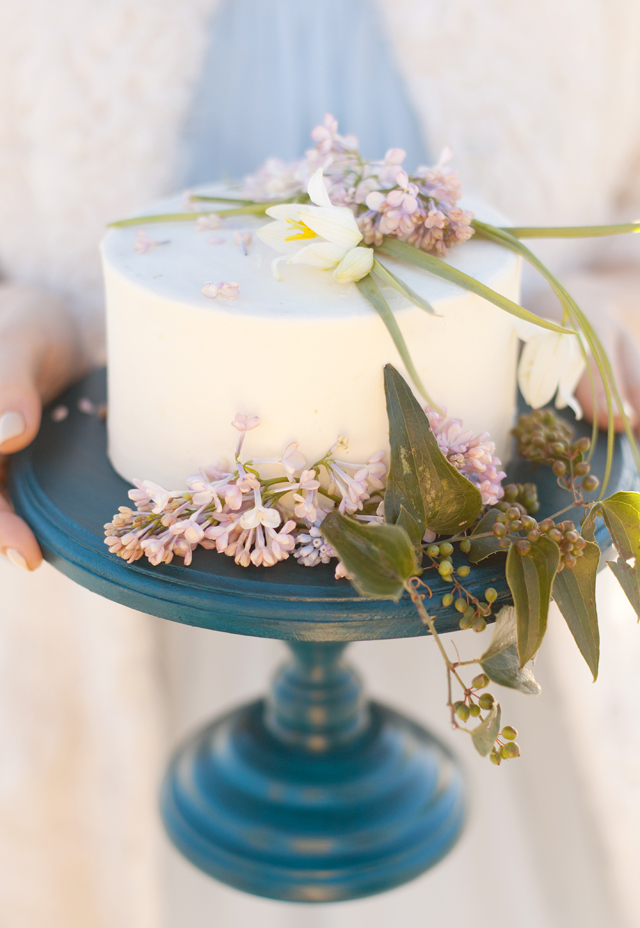 Cake with spring flowers | Ann Imagines | see more on: http://burnettsboards.com/2015/05/love-story-pastels/
