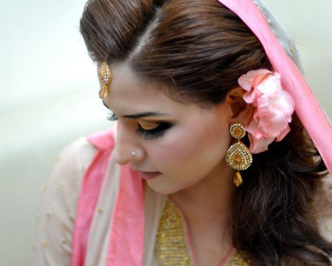 Mehndi Hairstyles With Tikka : 20 simple and cute hairstyles for mehndi function this season beauty