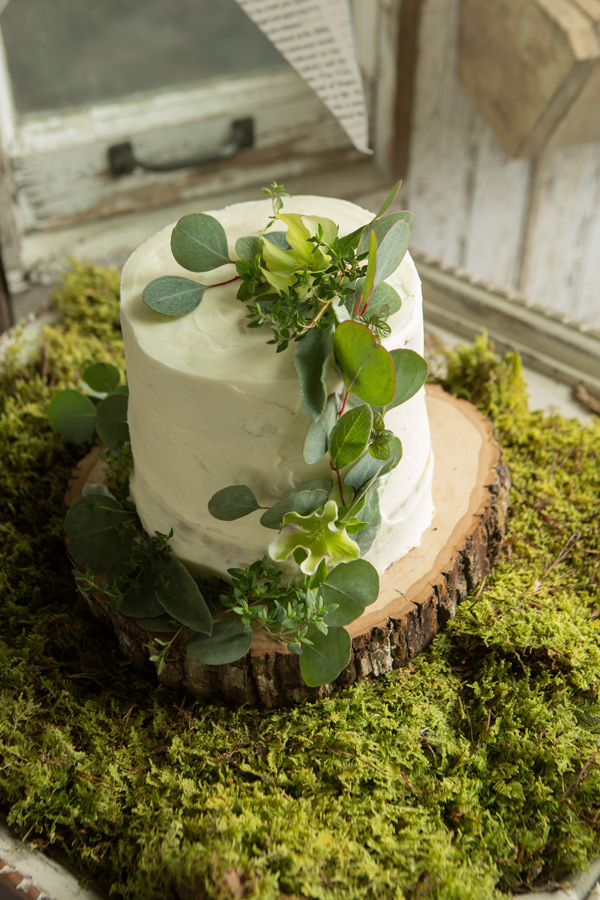 wedding cake with greenery - photo by Lauren Schwarz Photography http://ruffledblog.com/herb-and-garden-wedding-editorial