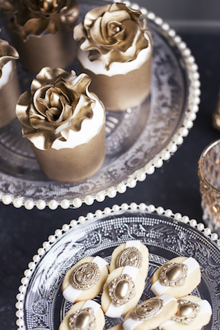 Gold cupcakes | Tausendschon Photographie | see more on: http://burnettsboards.com/2015/05/1930s-wedding-vintage-train/