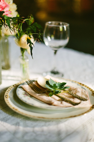 Simple, elegant place setting | Elyse Alexandria Photography | see more on: http://burnettsboards.com/2015/06/wedding-redo/