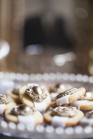 Gold cookies | Tausendschon Photographie | see more on: http://burnettsboards.com/2015/05/1930s-wedding-vintage-train/