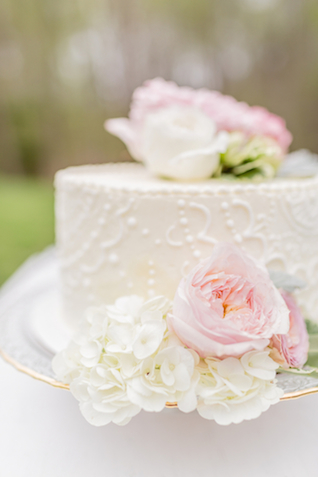 Flower topped wedding cake | Jessica Green Photography | see more on: http://burnettsboards.com/2015/06/sweet-simple-summer-wedding/