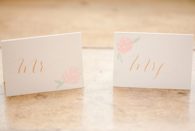 Birde / groom place cards with flowers | Jessica Green Photography | see more on: http://burnettsboards.com/2015/06/sweet-simple-summer-wedding/