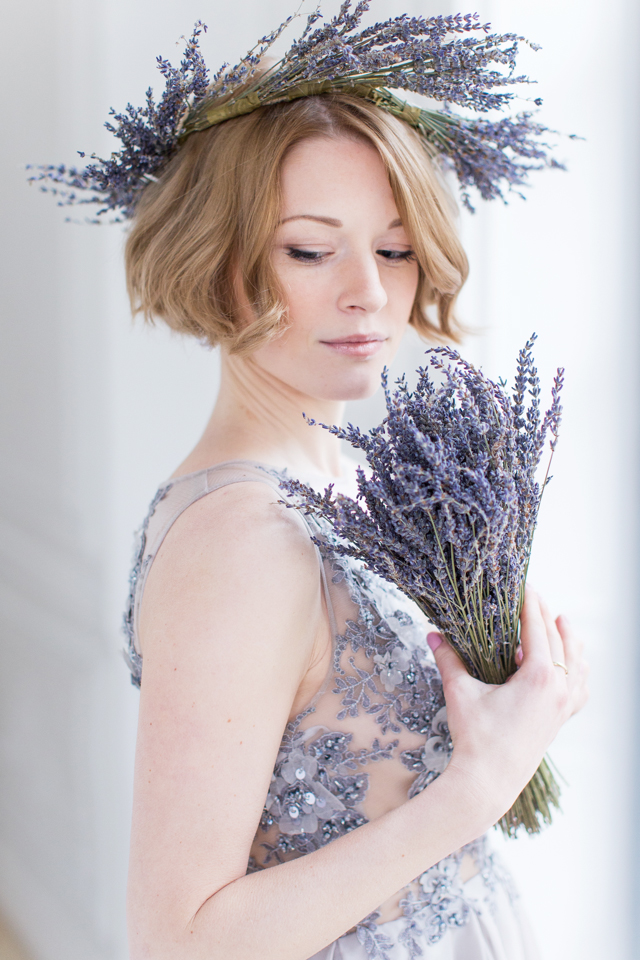 Lavender bridal bouquet | Elisaveta Sudarikova | see more on: http://burnettsboards.com/2015/06/lavender-bride/