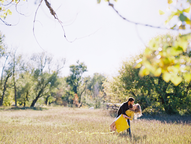 Engagement session with kite | Cassidy Brooke Photography | see more on: http://burnettsboards.com/2015/06/afternoon-adventure/