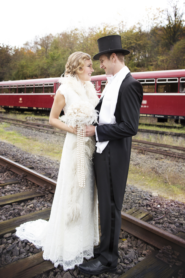 1930s style wedding | Tausendschon Photographie | see more on: http://burnettsboards.com/2015/05/1930s-wedding-vintage-train/
