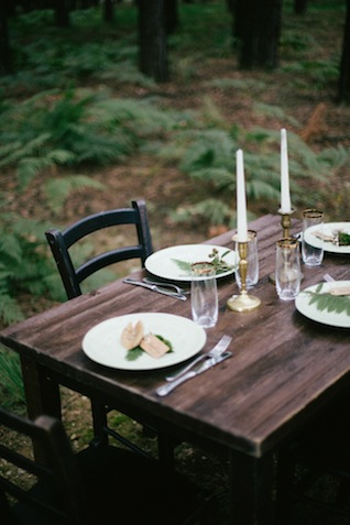 Forest wedding ideas ⎪Paola Colleoni⎪see more on: http://burnettsboards.com/2015/07/organic-forest-fern-tablescape/