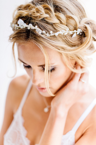 Pearl headpiece Something Blue – Wedding Photography | see more on: http://burnettsboards.com/2015/07/destination-wedding-mallorca-start-finish/