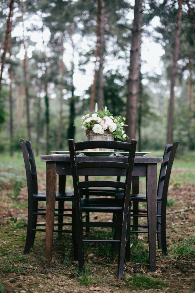 Forest wedding inspiration shoot ⎪Paola Colleoni⎪see more on: http://burnettsboards.com/2015/07/organic-forest-fern-tablescape/