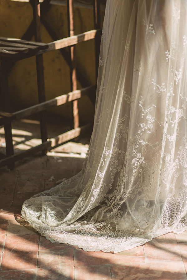 vintage wedding dress lace - photo by Darya Kamalova http://ruffledblog.com/vintage-inspired-italian-alps-wedding