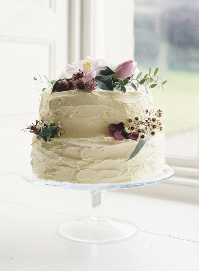 Spring, flower adorned cake | Sarah Hannam | see more on: http://burnettsboards.com/2015/07/classic-wedding-silver-gold/