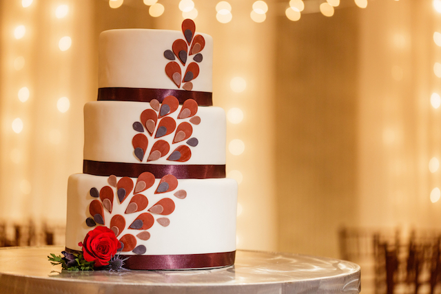 Graphic modern cake | Sarah Rachel Photography | see more on: http://burnettsboards.com/2015/07/industrial-glam-wedding-black-gold-red/