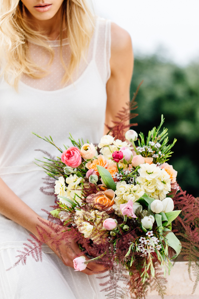 Colorful bridal bouquet | Something Blue – Wedding Photography | see more on: http://burnettsboards.com/2015/07/destination-wedding-mallorca-start-finish/