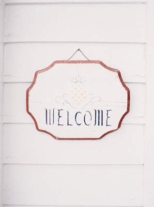 Pineapple welcome sign ⎪ Nikki Santerre Photography⎪see more on: http://burnettsboards.com/2015/07/pastel-pine/