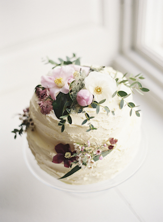 Spring wedding cake | Sarah Hannam | see more on: http://burnettsboards.com/2015/07/classic-wedding-silver-gold/