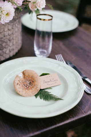 Forest wedding place setting ⎪Paola Colleoni⎪see more on: http://burnettsboards.com/2015/07/organic-forest-fern-tablescape/