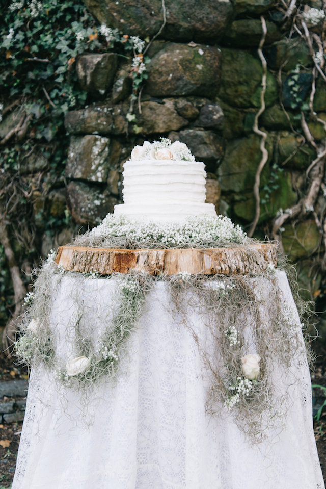 Tree trunk cake stand | Nicole Colwell Photography | see more on: http://burnettsboards.com/2015/07/ivy-bridal-session-planned-2-days/