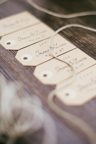 Kraft paper tags escort cards ⎪Paola Colleoni⎪see more on: http://burnettsboards.com/2015/07/organic-forest-fern-tablescape/