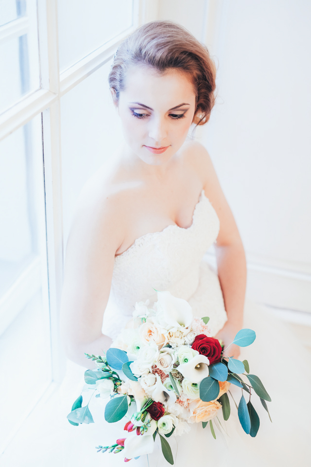 Red, white, and eucalyptus bridal bouquet ⎪Die Ciuciu's ⎪ see more on: http://burnettsboards.com/2015/08/ovids-metamorphoses/