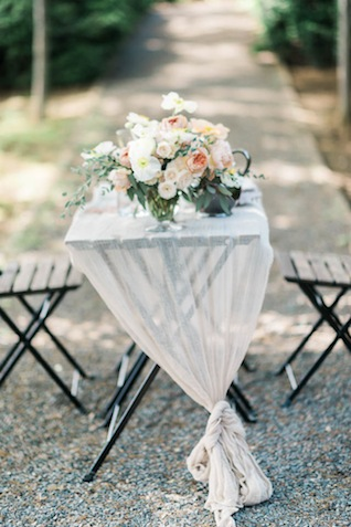 Outdoor organic wedding reception ⎪Elizabeth Fogarty Photography ⎪see more on: http://burnettsboards.com/2015/08/ethereal-virginia-wedding/