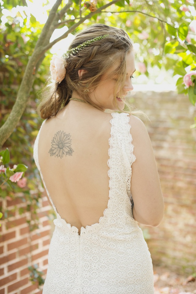 Backless wedding dress ⎪Laura Fulmer ⎪see more on: http://burnettsboards.com/2015/08/naturally-beautiful-wedding-dresses/