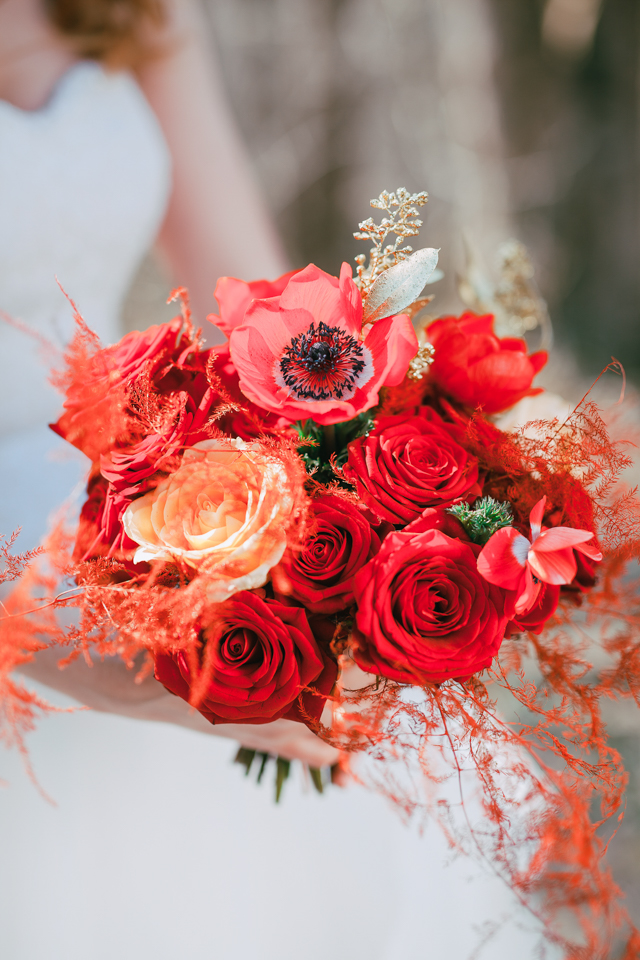 Red rose and poppy bridal bouquet ⎪Die Ciuciu's ⎪ see more on: http://burnettsboards.com/2015/08/ovids-metamorphoses/