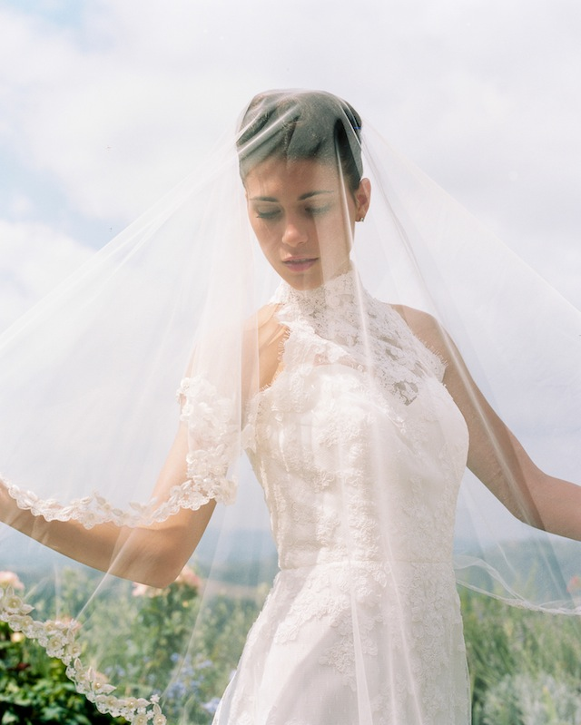 Drop veil with lace detailing ⎪Igloo Photo ⎪ see more on: http://burnettsboards.com/2015/08/tuscan-wedding-touch-whimsy/