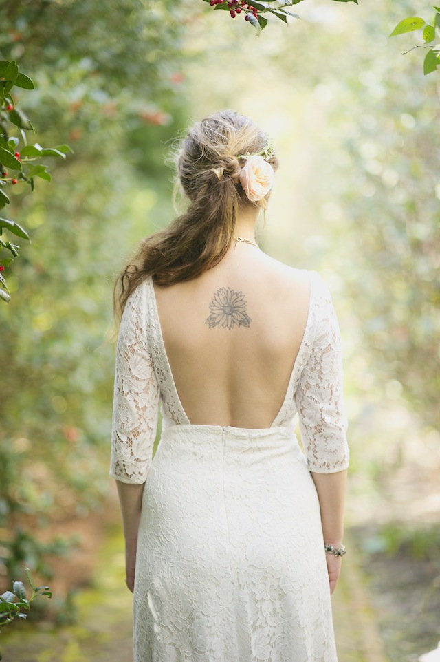 Backless wedding dress with sleeves ⎪Laura Fulmer ⎪see more on: http://burnettsboards.com/2015/08/naturally-beautiful-wedding-dresses/