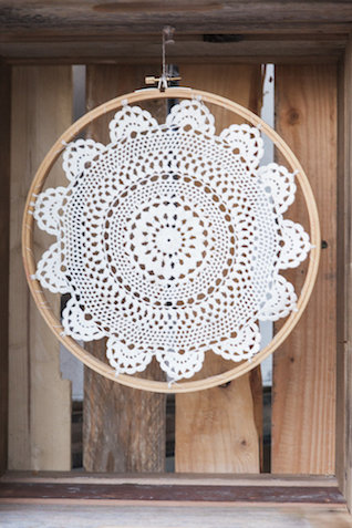 Crochet dreamcatcher | Monashee Photography | see more on: http://burnettsboards.com/2015/08/bohemian-elopement/