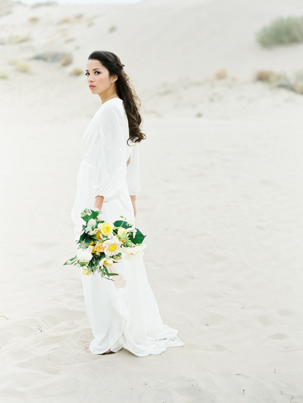 minimalist sand dunes wedding inspiration - photo by D'Arcy Benincosa Photography http://ruffledblog.com/minimalist-sand-dunes-wedding-inspiration
