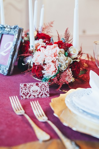 Marsala red wedding reception tablescape ⎪Die Ciuciu's ⎪ see more on: http://burnettsboards.com/2015/08/ovids-metamorphoses/