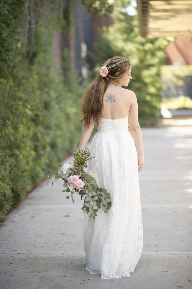 Boho bridal style ⎪Laura Fulmer ⎪see more on: http://burnettsboards.com/2015/08/naturally-beautiful-wedding-dresses/