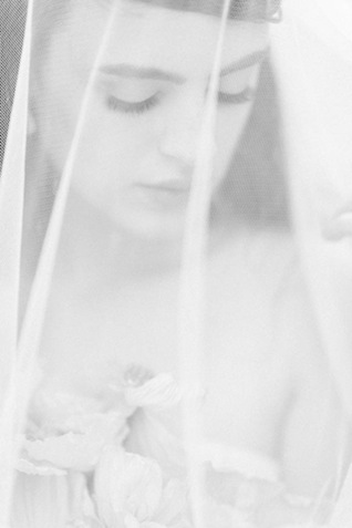 Bridal portrait with veil ⎪Elizabeth Fogarty Photography ⎪see more on: http://burnettsboards.com/2015/08/ethereal-virginia-wedding/