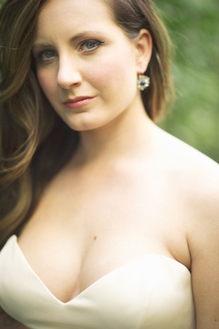 Naturally wavy hair ⎪Laura Fulmer ⎪see more on: http://burnettsboards.com/2015/08/naturally-beautiful-wedding-dresses/