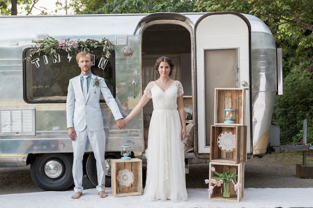 Streamline trailer wedding | Monashee Photography | see more on: http://burnettsboards.com/2015/08/bohemian-elopement/