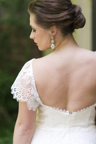 Lace cap sleeve wedding dress ⎪Laura Fulmer ⎪see more on: http://burnettsboards.com/2015/08/naturally-beautiful-wedding-dresses/