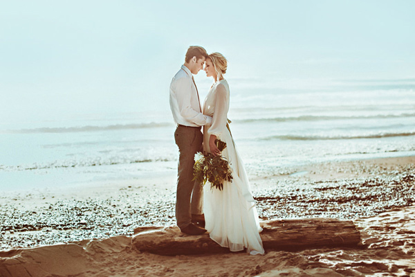 Lincoln City beach wedding editorial - photo by Hazelwood Photo http://ruffledblog.com/lincoln-city-beach-wedding-editorial