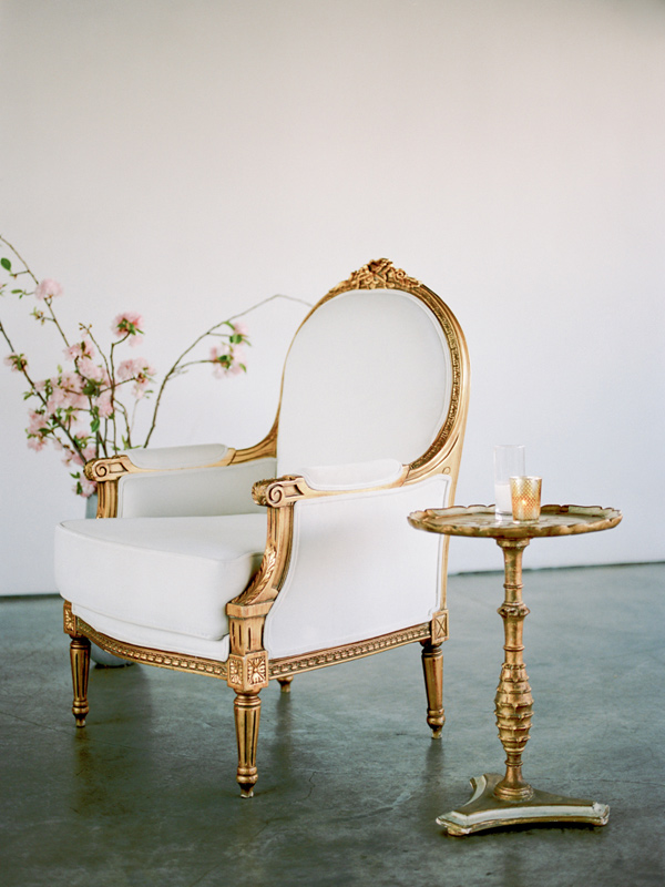 wedding furniture rentals - photo by Ashley Kelemen http://ruffledblog.com/organic-sophistication-in-venice-beach
